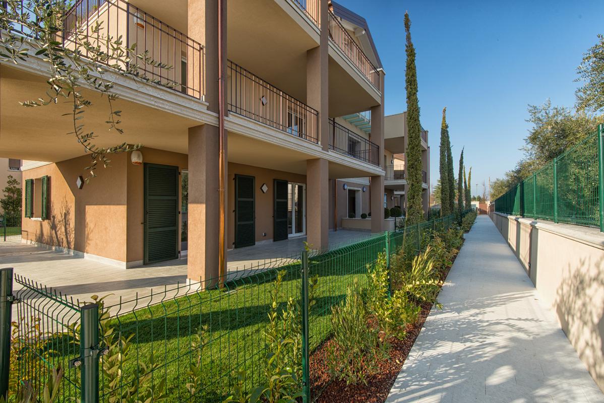 Appartamenti con piscina lago di garda case desenzano for Lago di garda case